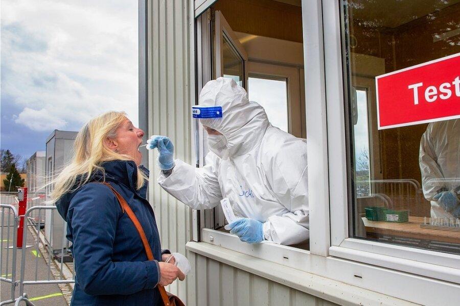 Das Schnelltestzentrum in Augustusburg ist seit Dienstag offiziell in Betrieb. Auch Bärbel Groschupf nutzte die Möglichkeit.