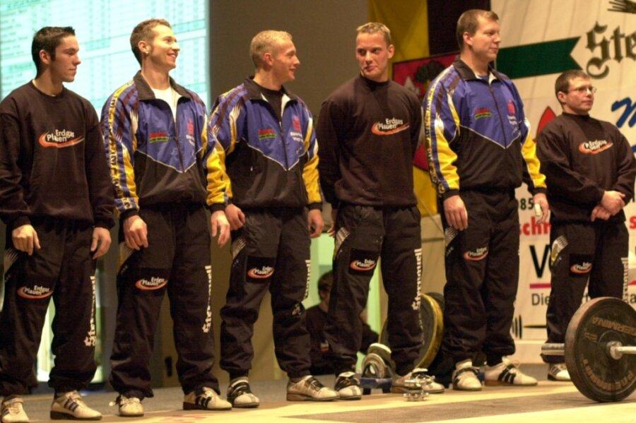Im Jahr 2003 richtete der AC Atlas Plauen das Finale der Deutschen Mannschaftsmeisterschaft aus und feierte am Ende mit seinem Anhang die Bronzemedaille. Zum Bundesligateam gehörten in jenem Jahr (von links) Marcel Hinkelmann, Jan Gerber, Chris Steinhöfel, Andre Lyssy, Michael Winkelbauer und Jerzey Jasniak.