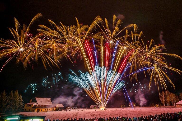 Eine Pyrotechnikshow hat am Samstagabend erneut tausende Besucher auf den Erzgebirgskamm in den Marienberger Ortsteil Kühnhaide gelockt.