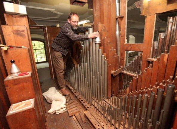 """<p class=""""artikelinhalt"""">Gut 680 Stunden hat Meister Christian Reinhold in die Generalreparatur der Urban-Kreutzbach-Orgel in der Härtensdorfer Kirche gesteckt. Zu den letzten Arbeiten gehört das Stimmen der Pfeifen. </p>"""