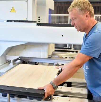 Produktionsleiter Lars Eckstein am CNC-Bearbeitungszentrum.