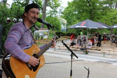 Sternfunkler, Liedermacher aus Schwabach, gehörte am Wochenende zu den Künstlern auf der Syrauer Freilichtbühne.