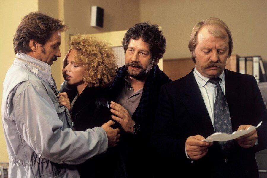 Horst Schimanski und Hänschen beruhigen Schimanskis Freundin Veronique, deren Sohn entführt wurde. Thanner liest den Erpresserbrief.