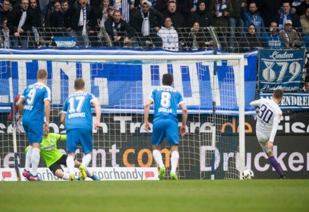 Aues Dimitrij Nazarov erzielt gegen Bochums Torhüter Manuel Riemann das 1:0 per Strafstoß.