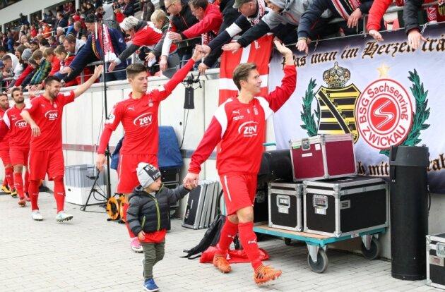 Mit Sohn Paul auf der Ehrenrunde: Christoph Göbel hat sich beim FSV Zwickau nach langer Leidenszeit zurückgekämpft.