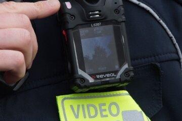Kleine Kamera: Dieses Modell der Bodycam verfügt auch über einen Monitor.