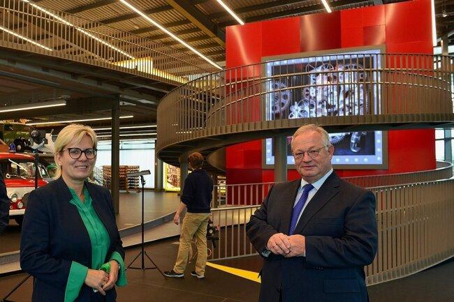 """Staatsministerin Barbara Klepsch und Bürgermeister Thomas Firmenich am Zeitwürfel im Museum """"Zeit-Werk-Stadt"""" in Frankenberg."""