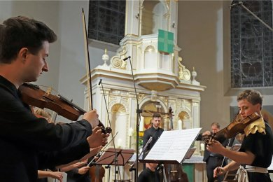 Violinistin Martyna Pastuszka (rechst), Gründerin und Leiterin des Orkiestra Historyczna, führte ihre Musikerinnen und Musiker engagiert durch das Eröffnungskonzert der Silbermann-Tage.