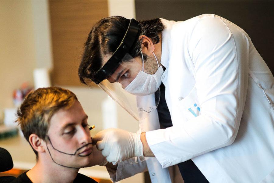 Dr. Balwi bereitet eine Barttransplantation bei einem Patienten vor