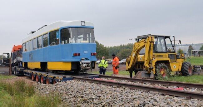 Ein ausgedienter Tatra-Triebwagen wird für Trainingszwecke im Feuerwehrtechnischen Zentrum Erzgebirge am Standort Pfaffenhain aufgestellt. Eigens für das Üben von Einsätzen bei Bahnunfällen gibt es dort ein Stück Gleis.