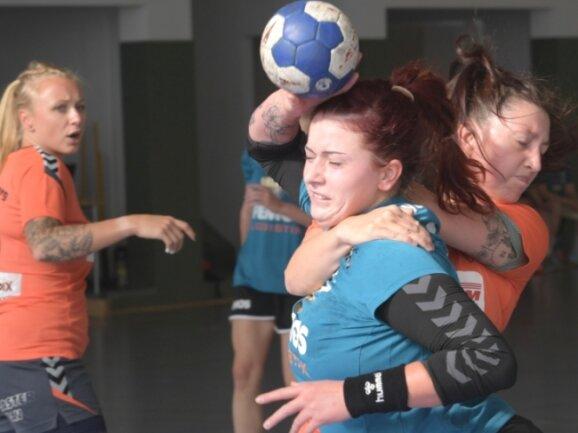 Beim Turnier des Zwönitzer HSV setzten sich die Handballerinnen des SV Schneeberg auch gegen die Gastgeber durch. In dieser Szene nimmt Marie-Theres Mandel vom SVS Laura-Jane Mosel in die Zange.