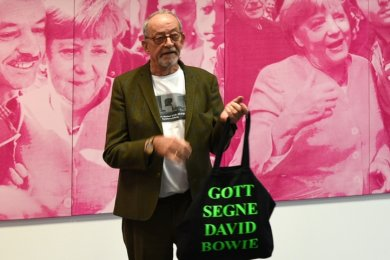 """Zwischen Gott, Bowie, Marx und Merkel - Kunstermöglicher Kasper König im Chemnitzer Projektraum hinter dem """"Nischel""""."""