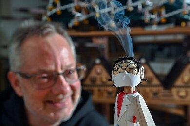 Mit dem Virologen-Räuchermann frei nach Christian Drosten ist dem Seiffener Holzkünstler Tino Günther ein Bestseller gelungen.