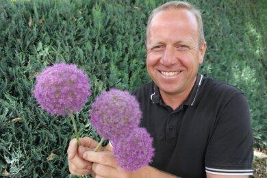 Den attraktiven Riesenzierlauch als einem der letztem Überbleibsel aus der Frühblüher-Saison zu entsorgen, brachte Gärtnermeister Falk Horn nicht fertig. Die Pflanzen leben in Geringswalde weiter.