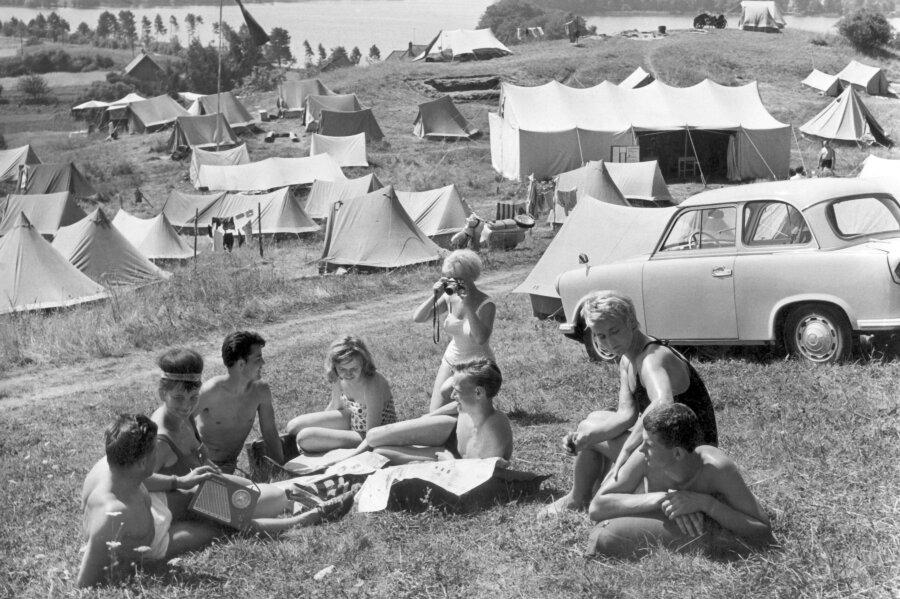 Feldberg: Urlauber auf dem Campingplatz in Feldberg im Kreis Neustrelitz (DDR) an der Mecklenburger Seenplatte.