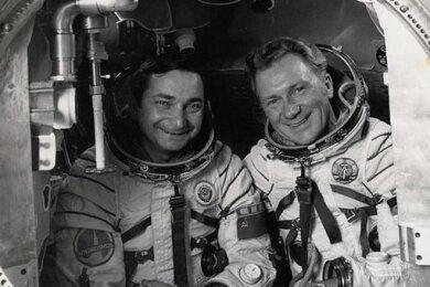 Sigmund Jähn (r.) und Sojus 31-Kommandant Waleri Bykowski. Gemeinsam starteten sie ins All.