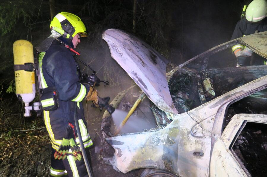 Feuerwehr findet ausgebranntes Auto in Schneeberg