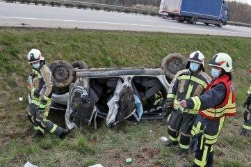 Freiwillige Feuerwehrleute aus Hohenstein-Ernstthal kontrollierten die Unfallstelle.