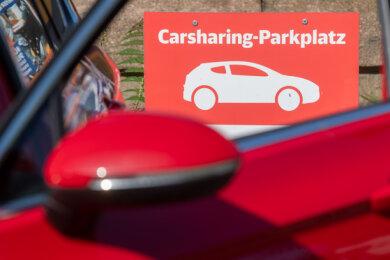 Ein Auto parkt auf einem Parkplatz eines Carsharing-Anbieters. Besonders in Großstädten erfreut sich Carsharing großer Beleibtheit.
