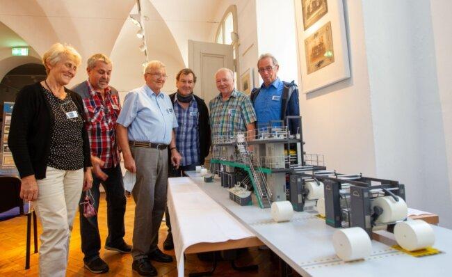 Am Tag der Industriekultur im Vogtlandmuseum hatte sich auch der Plamag-Traditionsverein beteiligt. Ausgestellt war unter anderem ein Modell der Druckmaschine Uniset, die von den Plamagianern entwickelt wurde. Das Foto zeigt Rosemarie Müller, Udo Meier, Norbert Siegert, Manfred Kramer, Gerd Reinbacher und Peter Trommer (von links).