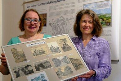 Museumsleiterin Martina Bundzus (rechts) und Grit Otto mit einer der Schautafeln. So gibt es für jeden Stadtteil und Teile von Heinsdorfergrund eine Tafel mit Kartenmotiven zum jeweiligen Ortsteil.