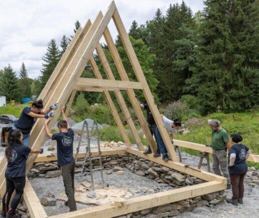 15 Studenten aus elf Ländern bauen derzeit am Markus-Röhling-Stolln eine Kaue nach historischem Vorbild. Ein spannender Moment für alle, als am Donnerstag die Teile zusammengefügt wurden.