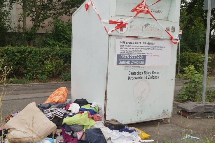 Altkleidercontainer in Neuplanitz: Rotes Kreuz steht zwar dran, zuständig ist aber die Veolia, und abgeholt wird trotzdem nichts.