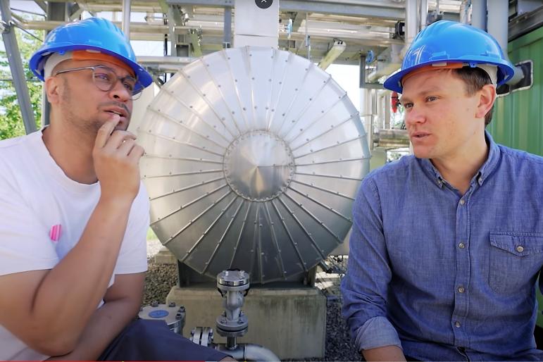 JP Kraemer (l.) und Ingenieur Tobias Block in der Demonstrationsanlage der TU Bergakademie zur Herstellung synthetischen Benzins auf der Reichen Zeche Freiberg.
