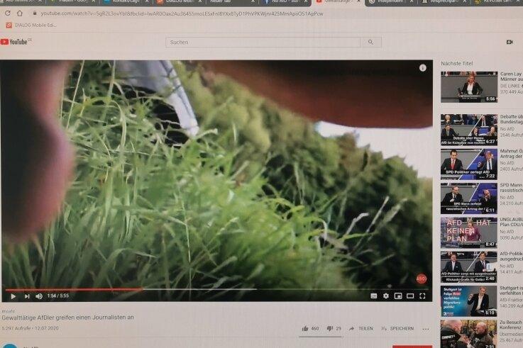 """Ein auf Youtube veröffentlichtes Video der AfD-Veranstaltung im Gasthof """"Lochbauer"""". Der zwischenzeitig """"festgenommene"""" freie Journalist filmte trotz Klammergriffs aus der Maulwurfperspektive weiter."""