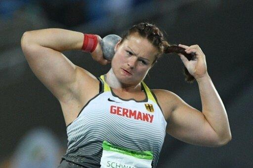 Christina Schwanitz zeigt sich in Medaillenform