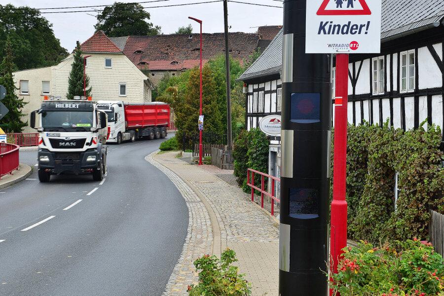 Die neue Blitzersäule in Greifendorf steht an der B 169 direkt vor der Gaststätte Schmiedelandhaus an der gleichen Stelle, an der schon im Oktober 2017 ein Blitzer aufgebaut worden war.
