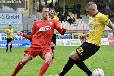 Marc-Philipp Zimmermann (r.) drehte das Spiel mit zwei Treffern in der zweiten Halbzeit zugunsten des VfB Auerbach.