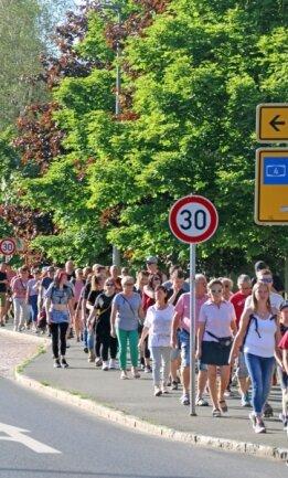 """Die """"Spaziergänger"""" auf ihrem Weg entlang der Karl-Kegel-Straße."""