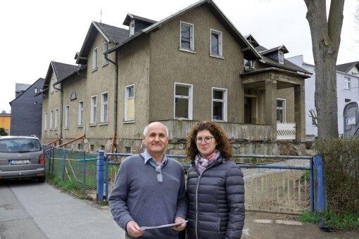 Jochen und Kathrin Fankhänel vor dem Gebäude des ehemaligen Kindergartens.