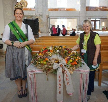 Siegerin Kristina Müller (rechts) stellt sich zusammen mit der Sächsischen Erntekönigin Wibke Frotscher den Fotografen.