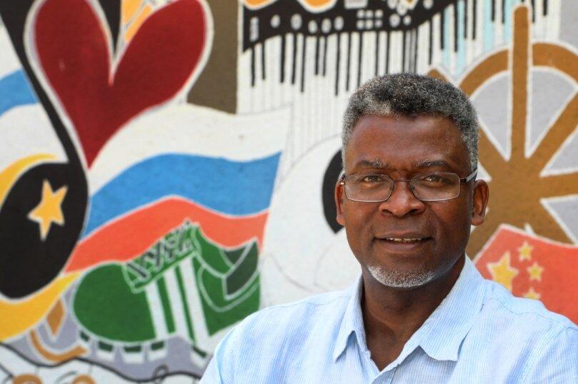 Amadou Diallo ist seit der Gründung Lehrer am Europäischen Gymnasium in Waldenburg und bekommt den Bundesverdienstorden verliehen.