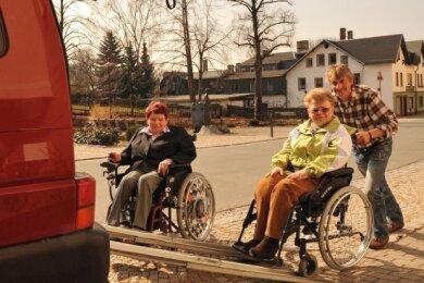 """<p class=""""artikelinhalt"""">Ursula Günther (links) und Christine Neubert aus Hohndorf nehmen den Betreuungsdienst für behinderte und bedürftige Menschen oft in Anspruch. Wilfried Dürr hilft ihnen in das Fahrzeug. </p>"""