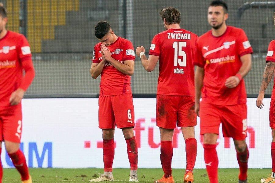 Jozo Stanic (links) bedankt sich nach dem Spiel, wenn er gesund geblieben ist.