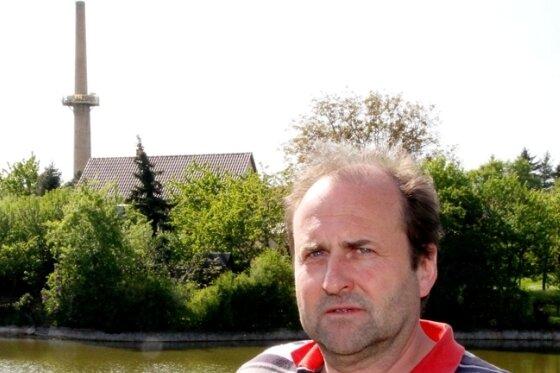 """<p class=""""artikelinhalt"""">Lutz Ballmann beobachtete von seinem Grundstück aus, wie sieben Störche um einen Platz auf dem Schornstein stritten.</p>"""