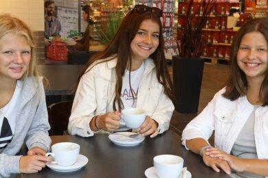 Ganz unaristokratisch: Hofdamen Frieda und Ruby (l. u. r.) mit Rosenprinzessin Jolina beim gemütlichen Kaffeetrinken im Rewe-Markt.Foto: Andreas Kretschel