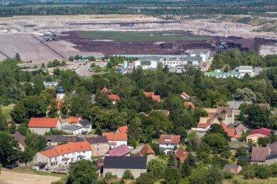 Blick auf das Dorf Pödelwitz, das an den Tagebau Vereinigtes Schleenhain grenzt.