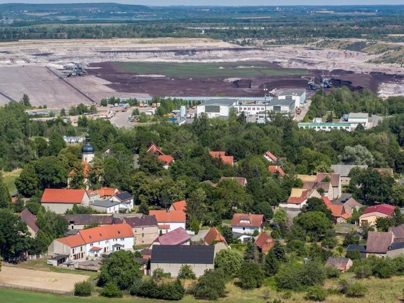 Blick auf das Dorf Pödelwitzm, das an den Tagebau Vereinigtes Schleenhain grenzt.