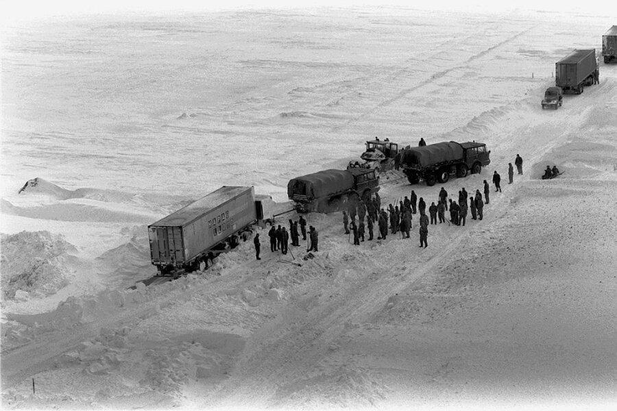Helfer der Nationalen Volksarmee befreien im Januar 1979 einen Lastwagen, der im strenger Winter auf der Autobahn Berlin-Rostock an einer Abfahrt in eine Schneeverwehung gefahren war.