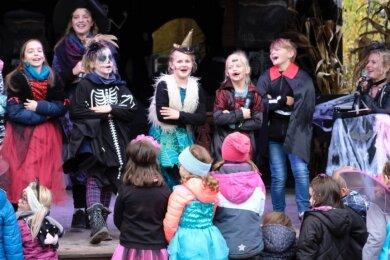 """Die Show """"Spooky - Das kleine Plohngespenst"""" auf der Bühne am Westernplatz unter Leitung von Silke Fischer mit Tanz, Gesang, und Halloween-Highlights begeisterte am Samstag die Besucher."""