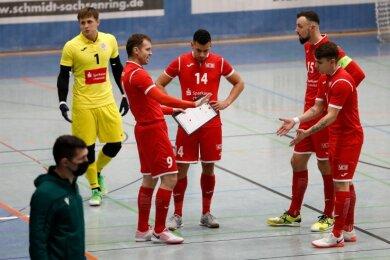 VfL-Spielertrainer Michal Salak (mit Taktiktafel) und sein Team hatten vor zwei Wochen in eigener Halle die erste Runde überstanden.