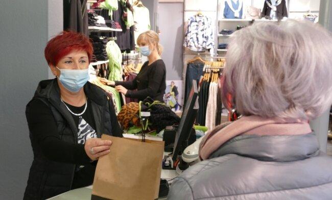 Die Verkäuferinnen Carmen Wendler (links) und Annett Wüstner (Mitte) hatten am Samstagmittag noch einmal ordentlich zu tun.