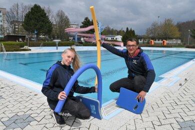 Colette Georgi ist Fachangestellte für Bäderbetriebe und wird den zweiwöchigen Schwimmkurs für die Lugauer Grundschüler übernehmen. Carsten Dietz ist der Betreiber des Lugauer Stadtbads.