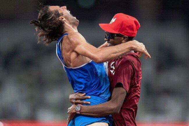 Der goldene Moment. Gianmarco Tamberi (links) springt Mutaz Essa Barshim überglücklich in die Arme.