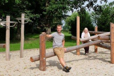 Friedhofsverwalter Nils Rummenhöller und Pfarramtsmitarbeiterin Ulrike Stöcker auf dem neuen Spielplatz in Oberwürschnitz.