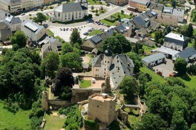 Zum historischen Ensemble der Stadt Frauenstein gehört die Burgruine (vorn). Sie zieht alljährlich viele Besucher an.